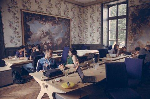 Brainstorm dans l'espace de coworking du grand château