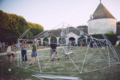 Construction collective du premier dôme géodésique