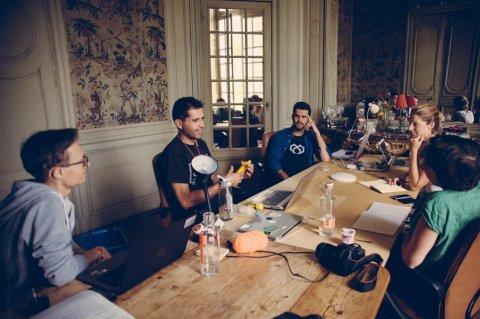 Mauricio du projet FairCap défend son projet devant l'équipe de mentors