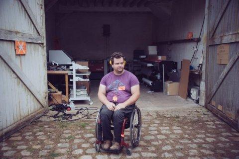 Clément Chadeyron devant l'atelier CFAO