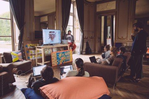 Cours de modélisation 3D avec Paul dans le lounge du grand château